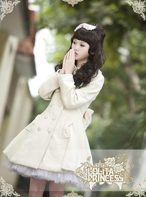 洛丽塔公主品牌洋装经典可爱娃娃白色西门町时尚淑女羊绒大衣